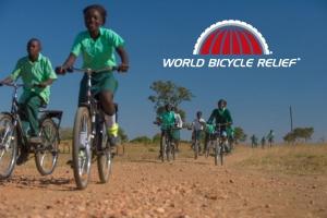 Fahrradfahrende Schülerinnen in Afrika, die lachen